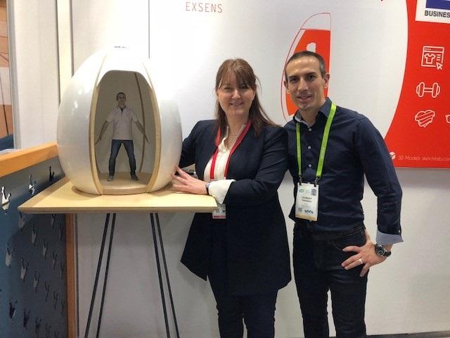 Crédit image INPI : Charlotte Beaumatin en compagnie d'un représentant de la start-up eXsens