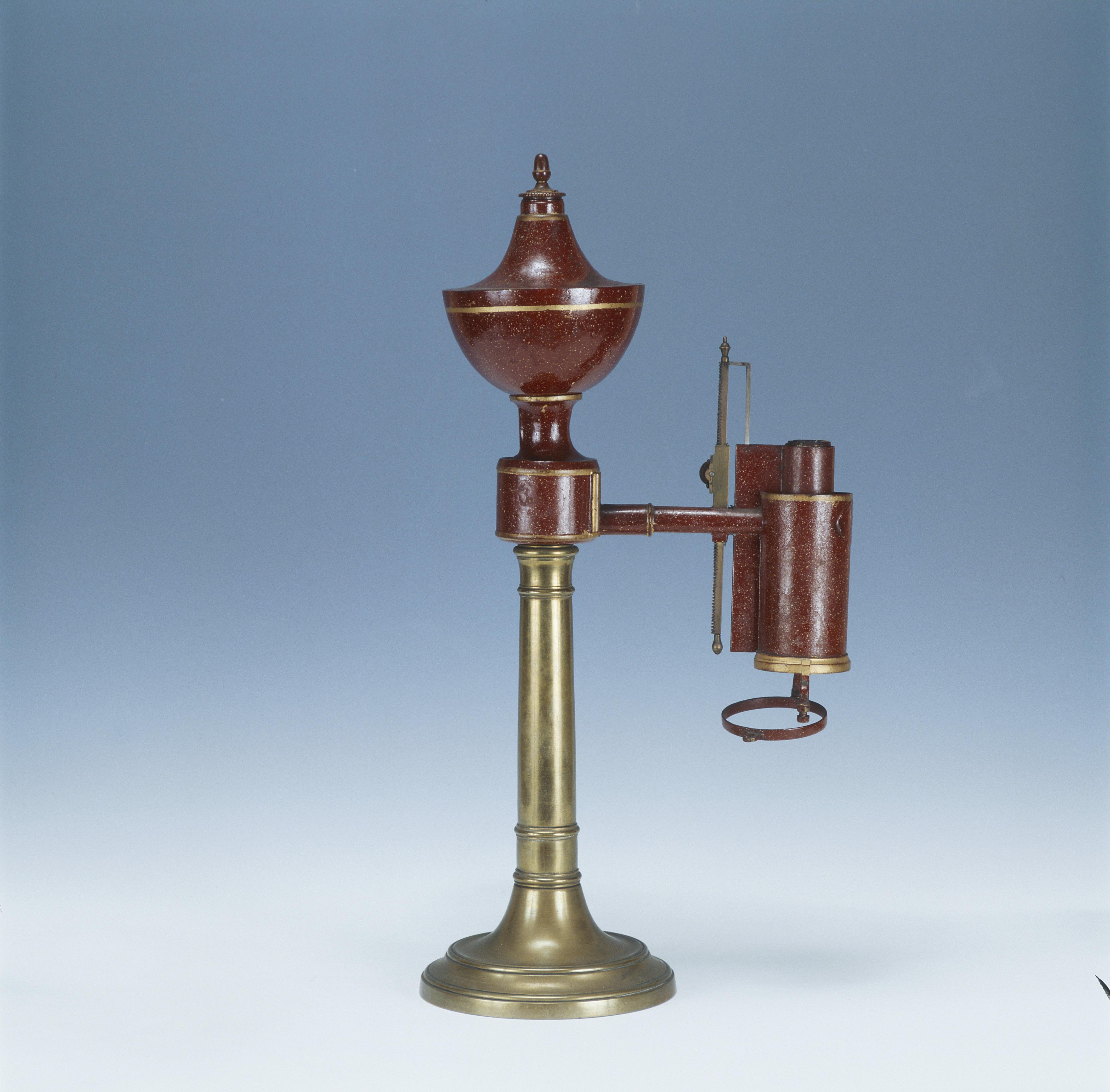 La lampe d'Argand restaurée par le Musée du CNAM (inventaire 00082-0000) - Musée des arts et métiers