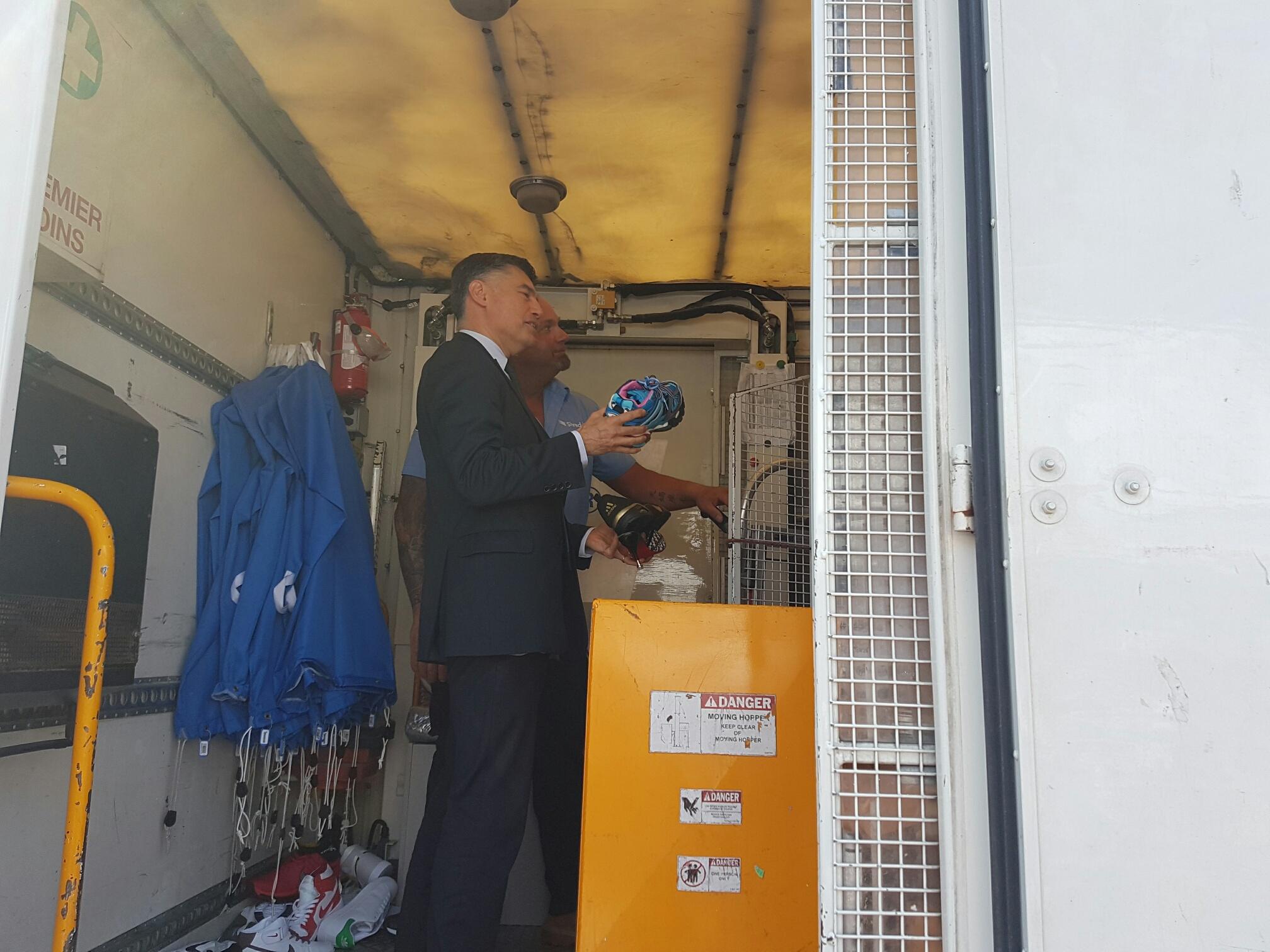 Pascal Faure pendant la destruction de produits illicites.