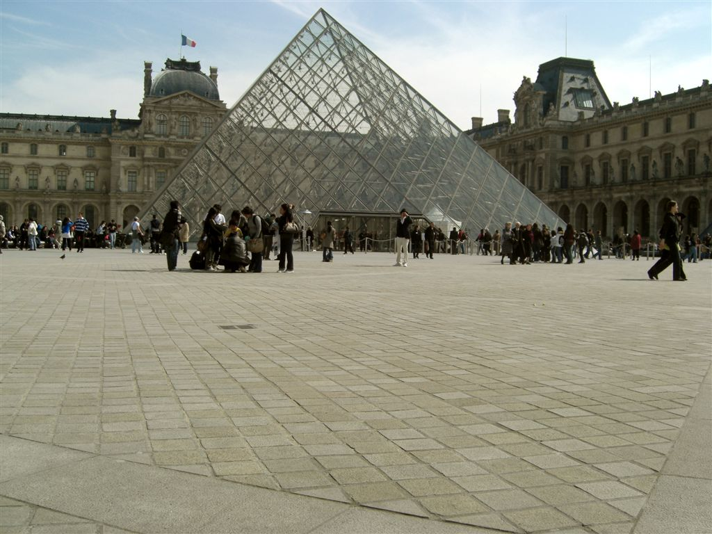 Pavés en languedias dans la cour carré du Louvre à Paris